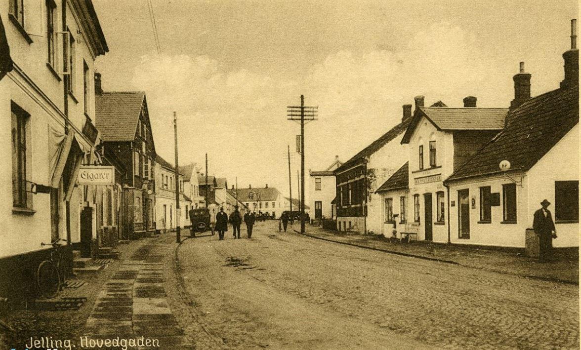 Foto: Gamle fotos og kort kan bruges som kilder til kontinuitet og forandring af nærområdet. Fotoet fra 1930 viser hovedgaden, nu Gormsgade, i Jelling.